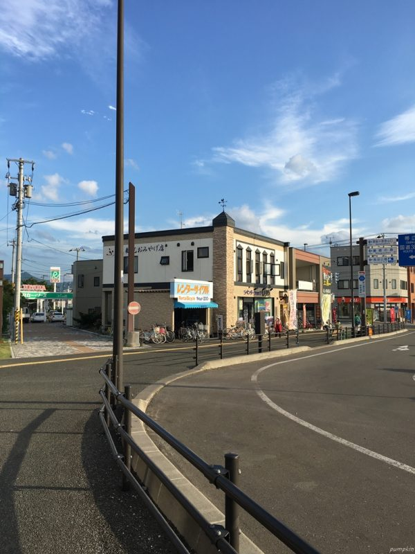 富良野站外的租車處