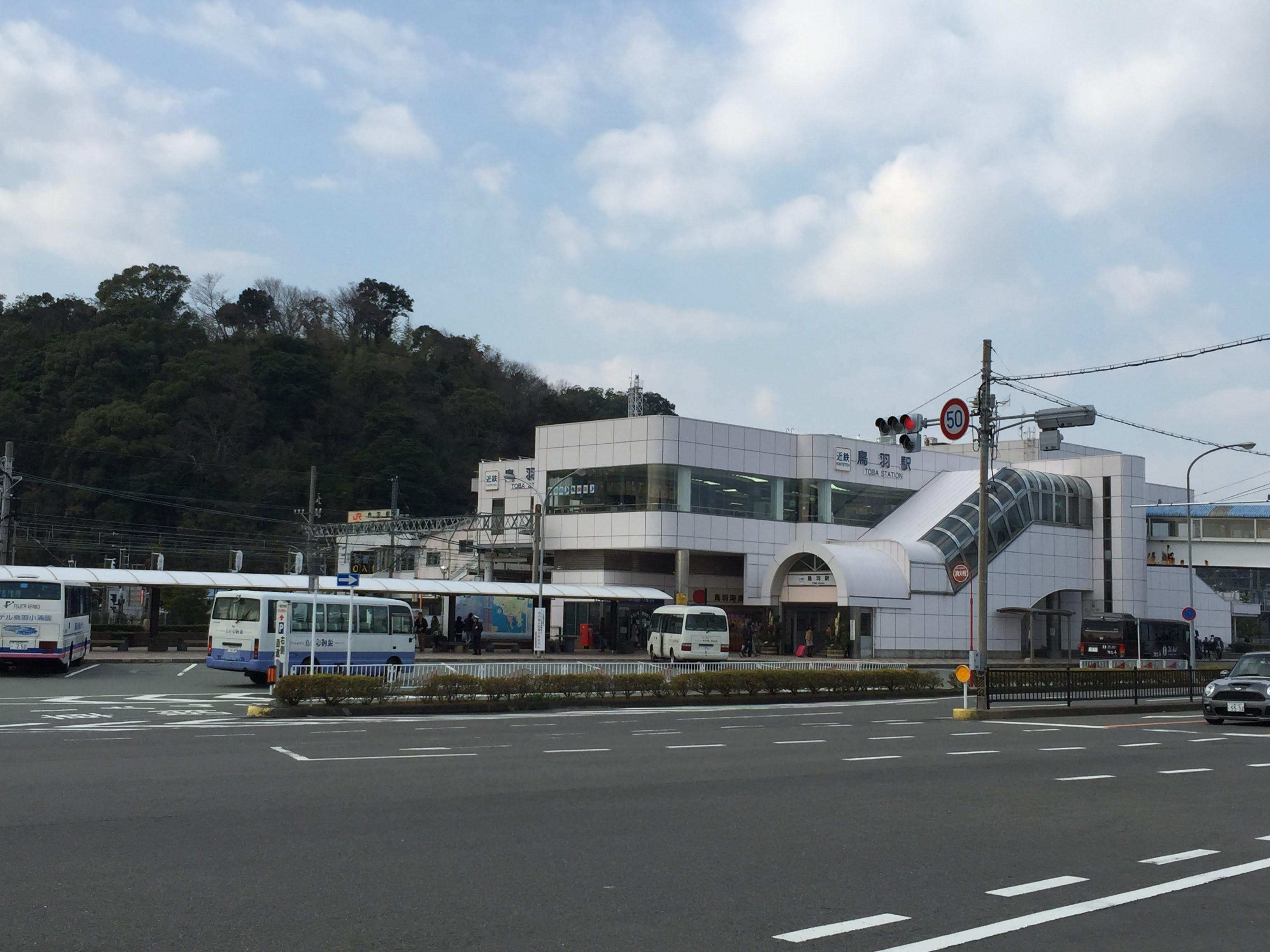 鳥羽酒店的接送車在車場等候乘客