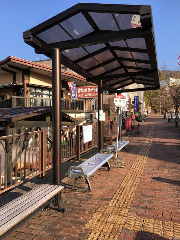 霧島溫泉鄉市場外的巴士站